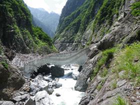 黒部別山谷出合上流のスノーブリッジ