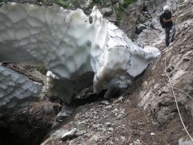 黒部別山谷出合から更に上流にある残雪  ①