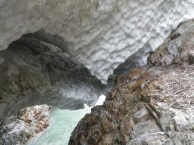 雪渓の登山道との密着部分近景(9月10日)