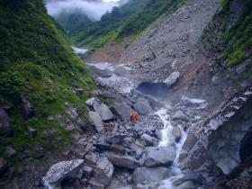 ズタズタの仙人谷と旧道の崩壊面