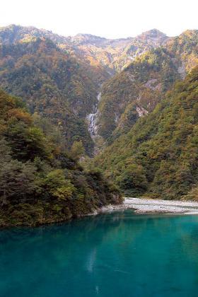 仙人ダム湖より、雲切谷の滝を望む。