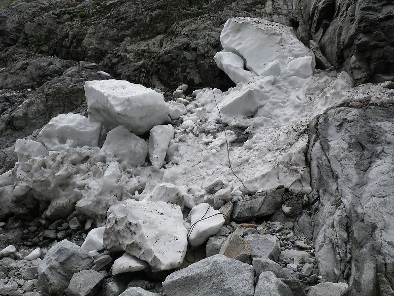 写真:同 徒渉点から見た右岸側登山道取り付き