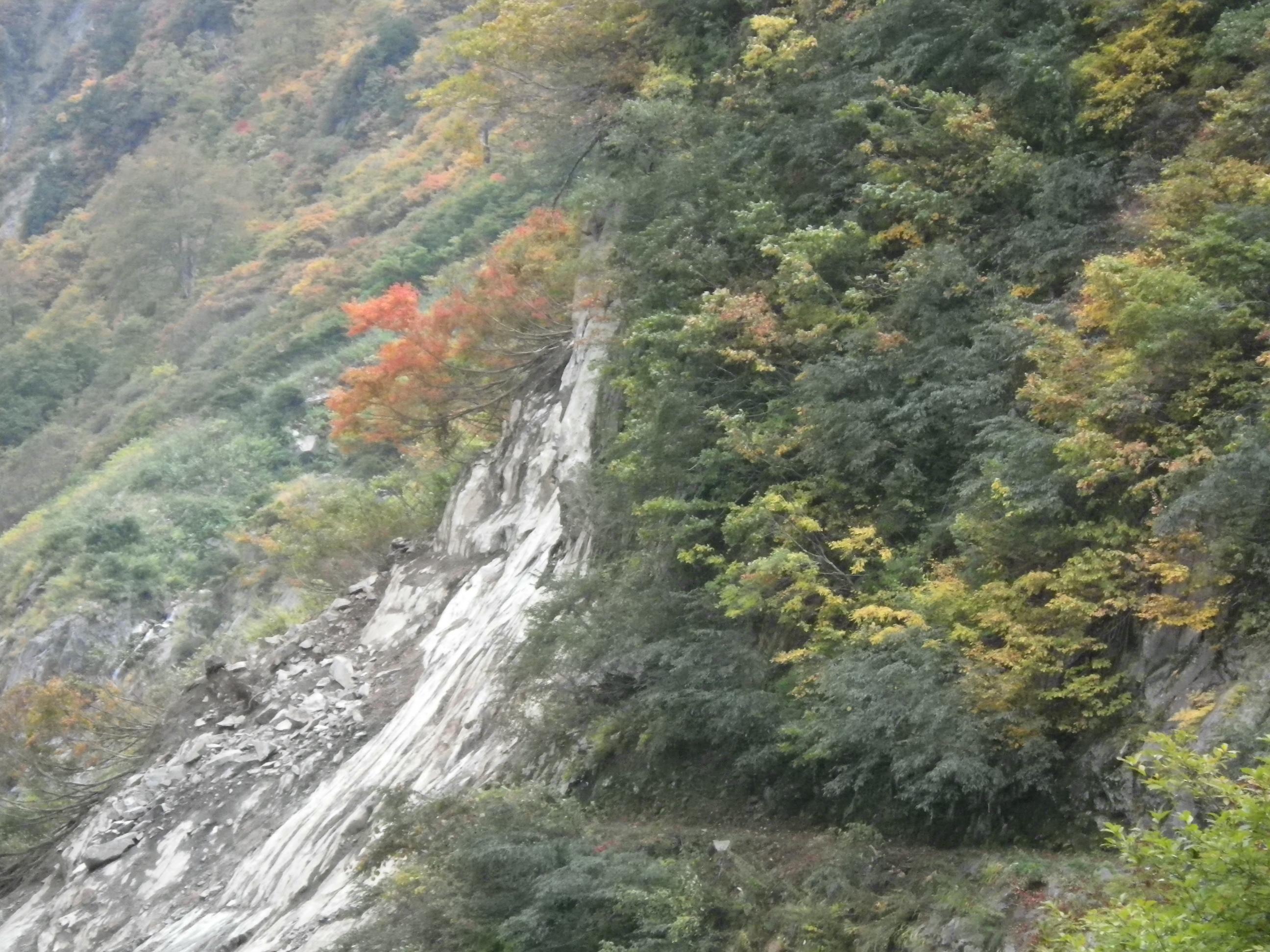 写真:昨年10月の十字峡上流の崩落箇所