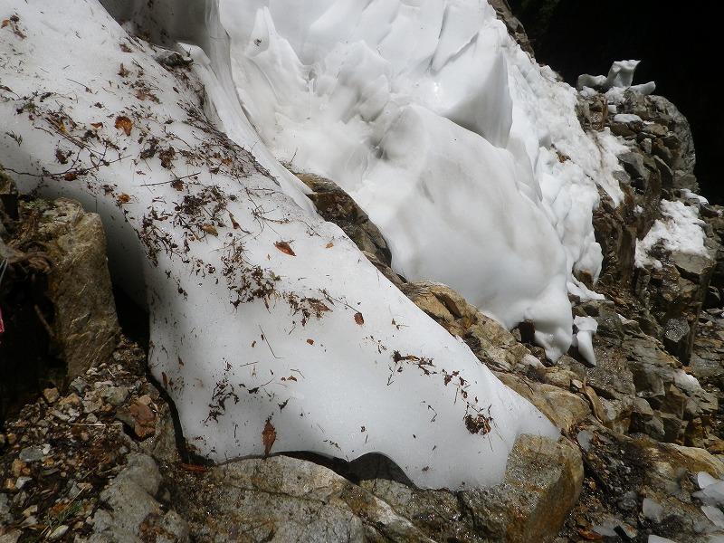 写真:白竜峡の残雪(上流側から撮影)