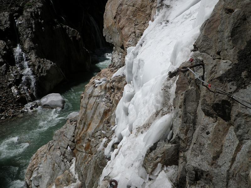 写真:白竜峡の残雪(下流側から撮影)