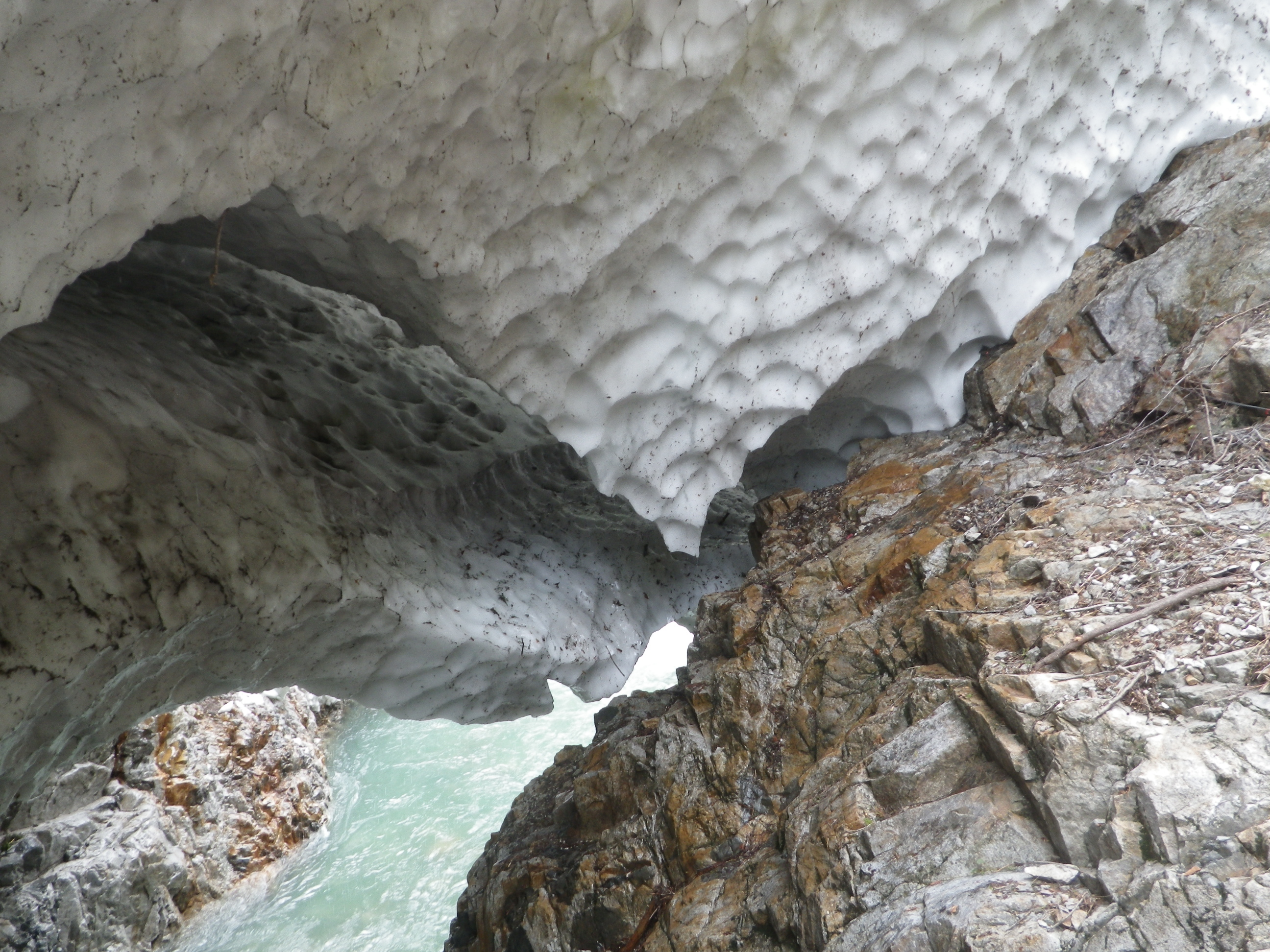 写真:雪渓の登山道との密着部分近景(9月10日)