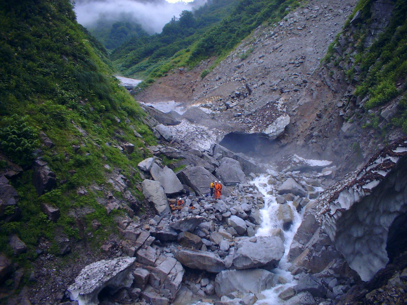 写真:ズタズタの仙人谷と旧道の崩壊面
