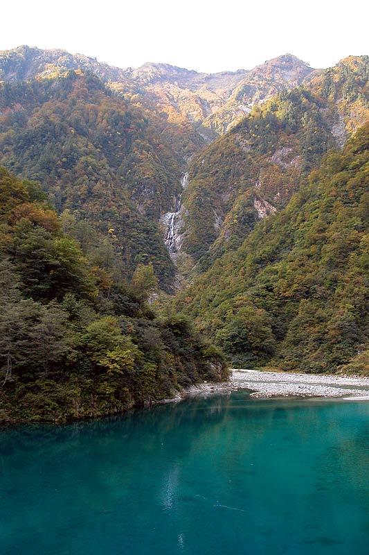 写真:仙人ダム湖より、雲切谷の滝を望む。