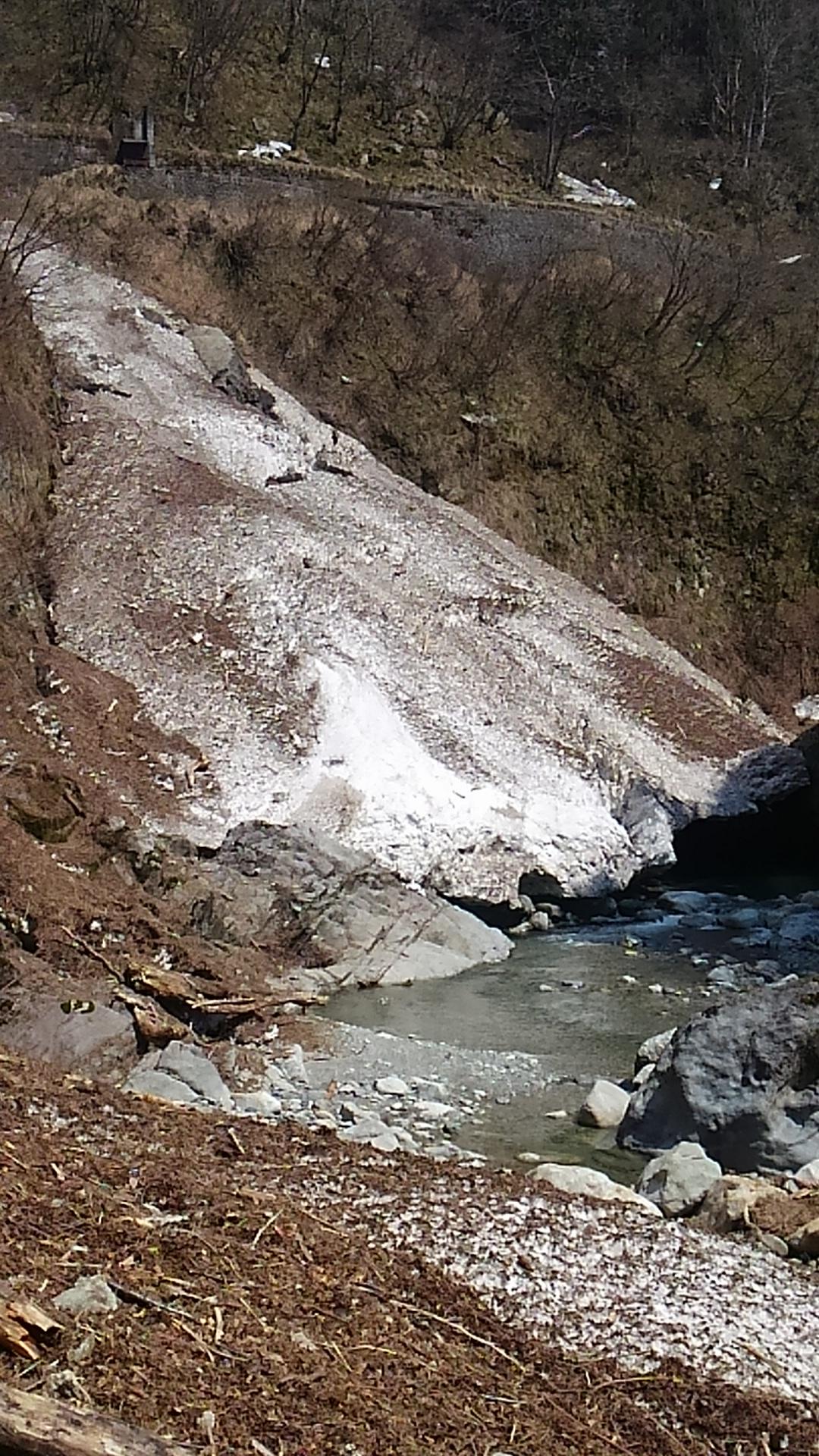 写真:黒薙温泉上流のデブリ!